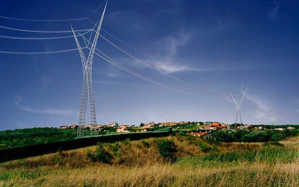 Дизайнерские опоры ЛЭП в Италии по проекту Нормана ФостераВот такие опоры ЛЭП устанавливаются во многих местах в Италии с 2000 года. Проект опор, победивший в конкурсе ENEL (Национальная энергетическая компания Италии), разработан известным архитектурным бюро Foster+Partners. Проектировщики переосмыслили дизайн конструкций, отказавшись от классической «ёлки», в конструкции которой кабели поддерживаются лапами, выступающими из мачты. Студия предложила более элегантный, рациональный подход.Опора формируется из двух изогнутых ветвей, поднимающихся от земли и образующих рамку форме буквы A, а затем расходящихся снова. Эти ветви работают конструктивно, распределяя нагрузку от кабелей ЛЭП. Форма равностороннего треугольника - самое компактное и безопасное расположение кабелей на опорной конструкции. По мнению разработчиков, такая опора является наиболее эффективным решением с точки зрения материалоемкости, удобства изготовления и монтажа.Конструкция изготовлена из оцинкованной стали, что обеспечивает надежную антикоррозионную защиту. Каждая опора состоит из восьми легких монтажных блоков, для облегчения транспортировки и установки на удаленных объектах. Все компоненты соединяются на болтах и выполнения дополнительных сварочных работ при монтаже на месте не требуется. Опора может может иметь различную высоту в зависимости от конкретных условий.#лэп #италия