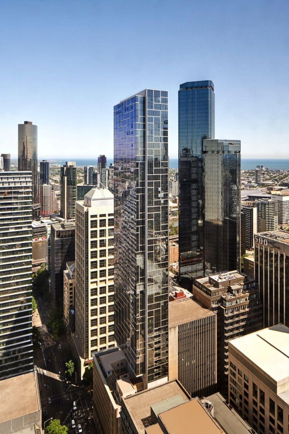 Небоскреб шириной 11,5 м в АвстралииВ Мельбурне возведен супертонкий небоскреб Collins House по проекту австралийского архитектурного бюро Bates Smart. При высоте 184 метра его ширина составляет всего 11,5 метров (соотношение высоты к ширине составляет 16:1).Жилое здание насчитывает 60 этажей и в нем располагается 259 апартаментов.На 27 этаже расположены блоки общественного питания и тренажерные залы. Здание оснащено парковкой на 108 машиномест.Габариты здания обоснованы необходимостью его размещения в существующей исторической застройке: небоскреб нависает над 10-этажным зданием Makers Mark 1908 года постройки.Само здание имеет сборную конструкцию. Это также обосновано необходимостью вести работы в крайне стесненных условиях с применением минимального количества габаритной техники. Благодаря комплексу таких технических решений, зданий и удалось возвести на крошечном участке, который размещался в середине существующей застройки и долгое время считался непригодным к строительству.#небоскребы #австралия