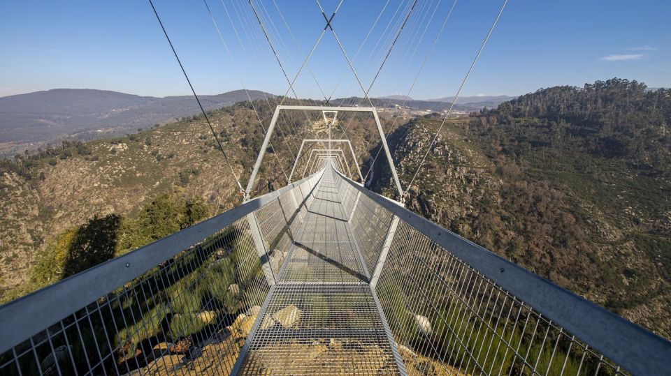 """В Португалии открыт самый длинный подвесной пешеходный мост в миреДлина сооружения — 516 метров, оно проложено над рекой Пайва на высоте 176 метров в геопарке Арока. Подвесной мост поддерживается стальными тросами и двумя огромными V-образными башнями. Перила и настил - решетчатые, поэтому под собой посетители будут видеть ущелье. Переход через весь мост занимает около 10 минут.Строительство моста, спроектированного португальской студией Itecons, заняло два года и завершилось в июле 2020 года, но из-за пандемии открытие перенесли почти на год. Мост обошелся в 2,3 миллиона евро. Подрядчик - местная строительная фирма Conduril.Местные власти отметили, что сооружение представляет собой экстраординарный, уникальный объект, способный дать туристам неповторимый опыт и хороший прилив адреналина. Мост заинтересует различных людей - от экоактивистов до инженеров, а также тех, кто любит экстрим. Геопарк Арока известен среди любителей экстремальных видов спорта.Ранее самым длинным подвесным пешеходным мостом в мире был мост Чарльза Куонена в Швейцарии протяженностью 494 метра, открытый в 2017 году. Также среди рекордсменов - подвесной пешеходный мост в Германии протяженностью 450 м и мост """"Скайбридж"""" через реку Мзымту в Сочи длиной 439 м.#мосты #португалия"""