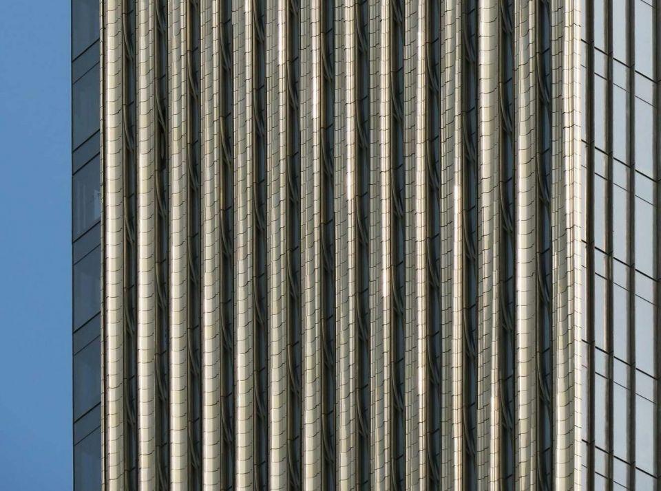 """Строительство """"самого тонкого"""" небоскреба в мире близится к завершениюВ Нью Йорке завершается строительство здания с самыми дорогими апартаментами. Стоимость жилья в небоскребе 111 West 57th (Steinway Tower) превышает сто миллионов долларов.Еще на этапе проектного предложения здание вызывало неоднозначную реакцию: некоторые специалисты всерьез сомневались в реализации проекта SHoP Architects. При высоте 435 м его ширина составляет всего 18 м. Соотношение высоты к ширине 23:1 - единственное среди сооружений такого рода.Кроме экстремального соотношения высоты к ширине, здание может похвастаться и другими особенностями. Проектом предусмотрена комбинация части исторической застройки Steinway Building 1925 года и новой башни, интегрированной в эту застройку с реконструкцией выставочного зала всемирно известного производителя фортепиано Steinway&Sons. Для обеспечения устойчивости здания под воздействием ветровых и сейсмических нагрузок в верхнюю часть конструкции интегрирован инерционный демпфер весом 800 тонн.В башне 82 этажа. Первые 5 занимают офисы и зоны отдыха, а верхние 77 - роскошные апартаменты.Несмотря на то, что многие квартиры уже выкуплены, отставание от срока сдачи объекта уже исчисляется годами. Первоначально небоскреб планировалось достроить в 2018 году. После временной """"заморозки"""" проекта график передвинули на год, а затем еще на один. Не удалось достроить башню и в 2020 году. За это время бюджет проекта значительно вырос (и стоимость квартир тоже).Свежие фото с площадки показывают что здание наконец-то обрело свой проектный вид и строительство находится в стадии завершения.#небоскребы  #сша"""