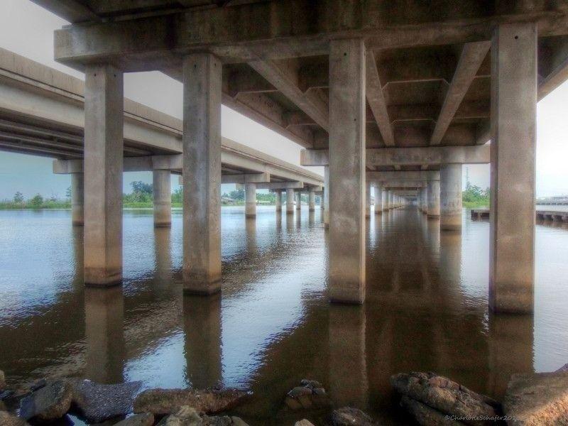 """Мэнчек Свамп - мост над болотами ЛуизианыМост Мэнчек Свамп (Manchac Swamp bridge) протяженностью 36,7 км построен в 1979 году над болотами заповедника Мэнчек, расположенного между двумя озерами - Морепас и Пончартрейн в штате Луизиана США. Сооружение является частью трассы I55, связывающей Луизиану с Иллинойсом, а треть участка трассы, проходящей по Луизиане, как раз и занимает мост.Средний суточный трафик по мосту составляет порядка 2250 единиц автотранспорта, что является относительно небольшим показателем для Соединенных Штатов. При этом мост вполне заслуженно считается """"инженерным подвигом"""" проектировщиков и строителей. Учитывая, что практически все сооружение проходит через болота, его опоры возведены на свайных фундаментах, а длина свай составляет 76 м.Интересно, что болота, которые в настоящее время относятся к заповедной зоне, ранее считались проклятыми, а мост, построенный здесь до Manchac Swamp bridge, рухнул в 1976 году.#мосты #сша"""
