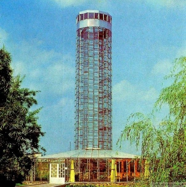 """""""Вертикальная ферма"""" в Советском СоюзеИнтересно, что популярный в настоящее время западный тренд на """"вертикальные фермы"""", то есть на строительство теплиц большой вместимости на минимальной площади, в свое время прорабатывался в СССР. Один из реализованных проектов - вертикальная конвейерная теплица, построенная в 1975 году в латвийском совхозе Малпилс.Сооружение представляло собой стеклянную башню высотой 22 метра и диаметром 5,5 метра, внутри которой размещался вертикальный конвейер с подвешенными полками. На полках устанавливались растения в горшках и поддонах. Общая площадь выращиваемых растений в этом сооружении составляла 250 квадратных метров.За один час конвейер совершал один полный оборот в башне. Благодаря постоянному перемещению, для всех растений создавались равные и оптимальные условия освещенности, температуры и влажности. В некоторых вариантах, источником энергии для конвейера, могли служить фотоэлектрические панели. Воздух внутри башни дополнительно орошался водой и подогревался калориферами.К сожалению, проект не получил дальнейшего распространения и остался в истории только в виде экспериментального сооружения.#теплицы #вертикальныефермы #история"""