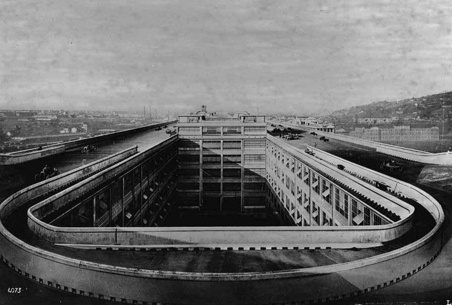 История завода FIAT в Турине с гоночным треком на крышеПостроенный в 1922 году в Турине (Италия) автомобильный завод Lingotto концерна FIAT стал самым большим в Европе. Огромное здание имело 5 этажей, а на крыше длиной более 500 м располагалась трасса для тестирования автомобилей. Вступив в строй, он стал символом автомобильной промышленности Италии.Во время II Мировой войны завод был разрушен в ходе бомбардировок, а после - заново отстроен. Lingotto работал до 1982 года, когда, в связи с финансовыми трудностями производство было свернуто, а здание продано.По заказу новых владельцев в 1989 году известным архитектором Ренцо Пьяно был разработан проект реконструкции заводских площадей в торгово-развлекательный комплекс. Изюминка здания, гоночный трек на кровле, была сохранена. Трек был улучшен и дополнен посадочной площадкой для вертолетов. На гоночном треке периодически проводятся соревнования по авто-, мотоспорту и гонки на скутерах.#история #реконструкция #промышленныездания #италия