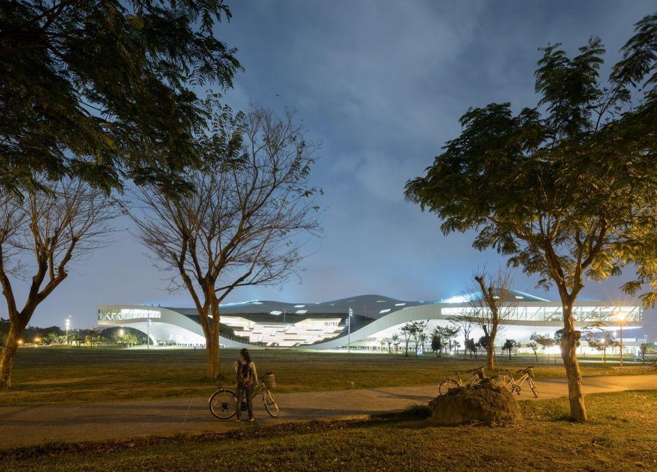 Weiwuying – крупнейший в мире центр искусствОгромный комплекс площадью более 140 000 м2 возведен на Тайване в 2018 году по проекту архитектурного бюро Mecanoo на площадке бывшей военной базы в городе Гаосюн. Крупнейший в мире центр искусств включает в себя 5 различных пространств, среди которых самыми крупными являются оперный театр на 2260 мест, концертный зал на 2000 мест, театральная сцена на 1200 мест.Каждый из залов имеет свои специфические технические решения в части акустики. Самый сложный с этой точки зрения – концертный зал на 2000 мест, акустика которого отрабатывалась на уменьшенной модели 1:10. Зал оперного театра может адаптироваться для выступлений западной оперы и китайской оперы путем установки дополнительного подвесного акустического потолка-экрана. Меньшие залы могут менять расположение аудитории и сцены: сцена может располагаться впереди аудитории и в ее центре.