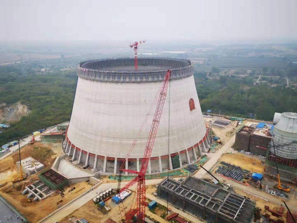 Cамая высокая в мире башенная градирняСамая высокая в мире башенная градирня возведена в 2020 году для системы оборотного водоснабжения угольной ТЭЦ Pingshan II в городе Пиншань в китайской провинции Аньхой. Это третья по счету и самая крупная градирня, построенная для второй очереди электростанции, общая мощность которой составляет 2670 МВт.Высота сооружения составляет 210 метров над уровнем земли. Диаметр градирни в нижней части составляет 174 м, а в верхней 98 м.Предыдущий рекорд высоты башенных градирен принадлежал возведенным в 2012 году сооружениям-близнецам индийской ТЭЦ Калисинд (Kalisindh Thermal Power Plant), мощность которой составляет 1200 МВт (два блока по 600 МВт). Их высота над уровнем земли составляет 202 м. Диаметр градирен в нижней части - 149,35 м, а в верхней - 87,35 м. Каждая из градирен ТЭЦ Калисинд охлаждает 75 тысяч кубических метров оборотной воды в час.#энергетика #китай #индия