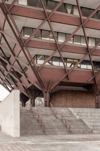 Здание словацкого радио в БратиславеЗдание словацкого радио считается уникальным представителем послевоенного модернизма. Здание было спроектировано в 1967 году, его строительство завершилось в 1983-м. Проект разработан архитекторами и инженерами Штефаном Светко, Штефаном Журковичем и Барнабашем Кисслингом в разгар социалистического реализма.Ядро здания образовано стальным пилоном, вокруг которого сооружена стальная конструкция в виде перевернутой пирамиды. Высота сооружения 61 м. Внизу, на уровне земли, находится концертный зал Симфонического оркестра Словакии. Офисы радиостанции расположены вокруг центральной колонны на последующих этажах. Как любая необычная форма, провокационная конструкция в виде перевернутой пирамиды, нанизанной на огромный пилон, породила много критических отзывов.С одной стороны, здание входит в тридцатку самых уродливых зданий мира по версии The Telegraph 2017 года. С другой, нельзя не признать, что архитектурная композиция впечатляет своими масштабами и нестандартностью, а потому давно уже стала одной из главных достопримечательностей Братиславы. Здание признано Словацким национальным памятником в 2018 году.#общественныездания #словакия