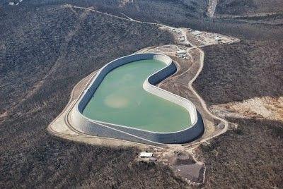 ГАЭС Таум СаукТаум Саук (Taum Sauk) представляет собой довольно необычную гидроаккумулирующую электростанцию (ГАЭС).ГАЭС состоят из двух водоёмов, один выше, другой ниже. В пиковые часы потребления электроэнергии (утро и вечер) вода из верхнего водоема сбрасывается в нижний. Тем самым она вращает генераторы, вырабатывающие дополнительную электроэнергию. В ночные часы, когда в энергосети наблюдается избыток электроэнергии, включаются насосы, закачивающие воду из нижнего резервуара обратно в верхний. Как правило, все ГАЭС строятся на основе уже существующих, природных водоёмов. В этом и состоит отличие Таум Саук от остальных. Верхний резервуар с водой - это полностью рукотворное сооружение построенное человеком.ГАЭС Таум Саук возведена в штате Миссури, США. Строительство было начато 1960 году, а уже в 1963 объект был введён в эксплуатацию. Первоначально сооружение было оснащено двумя генераторами мощностью по 175 мегаватт каждый. Со временем, в 1999 году, мощность обоих генераторов была увеличена до 225 мегаватт. Размеры верхнего резервуара впечатляют. Высота стены - 30 метров. Объем - 5,7 млн метров кубических.Утром 14 декабря 2005 года на ГАЭС произошло чрезвычайное происшествие, не сработала компьютеризированная система остановки насосов и вода полностью заполнив резервуар начала переливаться через верх. Падая с высоты 30 метров вода подмыла основание стены и в один прекрасный момент она рухнула. 5,7 млн кубометров воды вытекли из резервуара за 12 минут. Снося всё на своем пути вода стекла в нижний водоём, обошлось без жертв.Два года шли судебные разбирательства, однако виновных не нашли и все было списано на сбой системы. В 2007 году было начата реконструкция резервуара, стоимость которой составила 450 млн $. В 2010 году Таум Саук снова была введена в эксплуатацию.#гидротехническиесооружения #сша