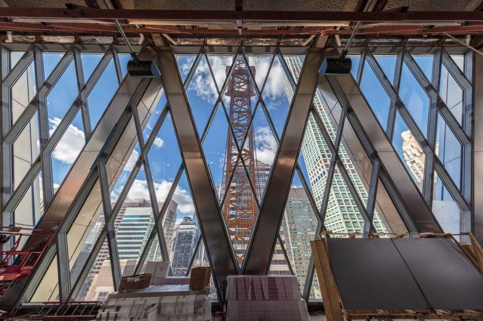 В Нью-Йорке близится к завершению строительство небоскреба 425 Park Avenue по проекту Foster + Partners41-этажное офисное здание высотой 260 метров занимает целый квартал на Парк - авеню в центре Манхэттена. Небоскреб, спроектированный британской архитектурной студией Foster + Partners, состоит из трех блоков, сужающихся по мере увеличения высоты.В самом нижнем и широком семиэтажном блоке расположены вестибюль, три этажа офисов и три этажа кафе и ресторанов. В среднем блоке находятся общественные пространства, залы для проведения встреч и конференций, открытая терраса и фудкорт.Верхний блок содержит двадцать этажей офисов с пространством без колонн. Венчает небоскреб жилой пентхаус с видом на Манхэттен, который будет заселен уже в начале 2020 года.#небоскребы #сша