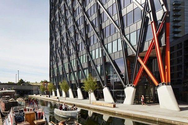 """Brunel Building с внешним каркасом в ЛондонеВ Лондоне завершено строительство 17-этажного офисного здания Brunel Building по проекту архитектурного бюро Флетчера Приста и инженерной компании Arup. Здание названо в честь известного инженера-строителя викторианской эпохи Изамбара Брюнеля.Новое здание имеет """"экзоскелет"""" (внешний каркас) из стальных конструкций, открытых для всеобщего обозрения. Такое решение позволило увеличить пространство этажей, освободив его от колонн, и предоставив возможность организации открытой и гибкой планировки офисов.Наклонные элементы внешнего каркаса переносят значительную часть массы здания на периметр, образуя ненагруженный коридор, через который проходят два подземных туннеля метро. Экзоскелет также выполняет функцию затенения фасада.По информации Arup, общая продолжительность реализации проекта (от начала разработки до сдачи объекта), составила 13 лет с учетом вынужденного четырехлетнего перерыва кризисных 2009-2013 годов.#общественныездания #великобритания"""