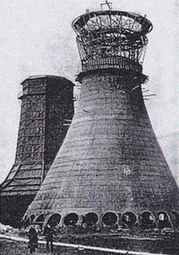 Фредерик Ван Итерсон и история первой башенной градирниИзначально термином «градирня» (нем. gradieren) назывались сооружения, предназначенные для выпаривания воды и сгущения соляных растворов при добыче соли. Как правило, это были искусственные водоемы-сгустители.В современном понимании этого слова, градирни стали появляться на рубеже 19-20 веков, во время бурного развития различных отраслей промышленности, где в технологических процессах требовалось охлаждение значительных объемов воды. Принцип их работы был основан на том, что при испарении части жидкости температура оставшегося объема снижается.Эффективность первых градирен была достаточно низкой. Как правило, конструктивно они представляли собой обычные дымовые трубы различной высоты и формы в плане, установленные над резервуаром с охлаждаемой жидкостью. Вода поступала в трубу на некоторой высоте и стекала в резервуар по желобам, частично испаряясь и охлаждаясь.Усовершенствовал и структурировал башенные сооружения для охлаждения воды голландский инженер и профессор машиностроения Фредерик Ван Итерсон. В 1916 году в соавторстве с другим инженером Жераром Кайперсом, он разработал и запатентовал наиболее эффективную конструкцию градирни, как самонесущего железобетонного сооружения гиперболоидной формы. Сегодня в большинстве башенных градирен с естественной тягой применяется именно эта конструкция.Комплекс первых башенных градирен был построен в 1918 году по проекту Фредерика Ван Итерсона для оборотного цикла водоснабжения на предприятии угольной промышленности «Staatsmijn Emma» в голландском городе Херлен. Эти сооружения прослужили 67 лет и были снесены в 1985 году после закрытия шахты.#история #водоснабжение #градирни