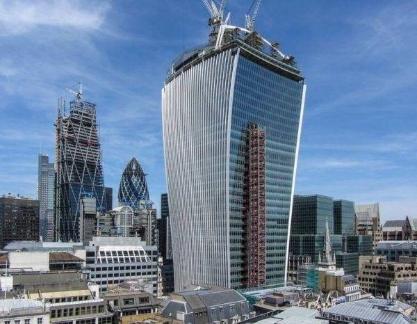 """""""Фенчерч 20"""" - история небоскреба с вогнутым фасадом, фокусирующим солнечные лучиБашня Фенчерч, спроектированная Рафаэлем Виньоли, архитектором из Уругвая, была построена в 2009 оду по адресу Лондон-сити, Фенчерч, 20. Главная особенность конструкции — вогнутый зеркальный фасад, смонтированный на расширяющемся в верхней части параллелепипеде здания.Высота башни — 160 м, количество этажей — 37. Стоимость строительства — порядка 200 млн. евро. По окончании строительства Фенчерч стал пятым по высоте небоскребом города (Самый высокий небоскреб Лондона — это «Осколок» высотой 310 м). По первоначальному проекту здание Виньоли должно было иметь высоту 200 м, однако власти города настояли ее снижении по причине возможного доминирования над историческими памятниками — Тауэра и Собора св. Павла.Вскоре после ввода объекта в эксплуатацию проявилась одна интересная особенность — оказалось, что вогнутый зеркальный фасад не только отражает солнечные лучи, но и фокусирует их, образуя перед собой на тротуаре и проезжей части дороги пятна, температура внутри которых превышает 110 градусов.В 2013 году жертвой излучения стал автомобиль Jaguar, припаркованный под зданием: облупилось лакокрасочное покрытие. Ремонт роскошной машины обошелся владельцам здания около £1000. В 2014 году части зеркального фасада небоскреба с южной стороны были завешены тентами для снижения фокусирующего воздействия.В интервью архитектор признал, что не учел фокусирующего воздействия фасада на расположенные поблизости строения, а также на людей и автотранспорт, движущихся по улице. Его целью было — создать максимум света в сером и пасмурном Лондоне.#небоскребы #великобритания"""