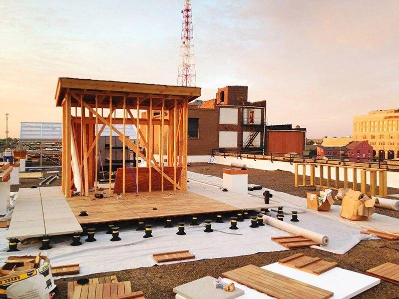 Как устроить ферму на крыше здания?Строительство фермы на крыше требует усилий специалистов разных направлений: по установке кровельной системы для изоляции крыши от протекания, монтажу панелей для удержания воды и дренажной системы, организации системы полива и, наконец, размещению грунта.Чтобы собрать необходимую на развитие идеи сумму, Мэри и Джозефу Остафи, основателям городской фермы FOOD ROOF FARM (Сент-Луис, штат Миссури, США) потребовалось почти 2,5 года. Это достаточно длительный срок, но при этом они почувствовали поддержку всего города.В соответствии с зонированием территории проект проходит как коммерческая недвижимость, и располагать бизнес на крыше разрешено. В некоторых городах, например, в Чикаго, есть даже особые предписания по поводу городского фермерства, направленные на его интенсификацию.Но для начала необходимо доказать, что конструкция здания выдержит ферму. Можете представить себе, сколько весит хотя бы грунт, помещённый на крышу? Это гораздо больший вес в сравнении с тем, на что крыша была изначально рассчитана. Вес всей фермы в 5 раз превышает вес снеговой нагрузки. Для этого нанимают инженеров-строителей, которые проводят анализ, чтобы убедиться, что крыша выдержит.Пожалуй, это самый сложный пункт урегулирования. Самым крупным вкладчиком проекта стало Муниципальное управление по канализационным сетям. Проект получил грант по регулированию уровня ливневых вод. В таких городах, как Сент-Луис, канализационные системы очень старые, поэтому часто возникают проблемы с их переполнением во время сильных дождей.Муниципальное управление по канализационным сетям пытается решить эту проблему. Поэтому они сразу заинтересовались уникальным решением – фермой на крыше. Дело в том, что система озеленения на крыше собирает воду и уменьшает количество воды, которое поступает в канализационную систему. Конкретно эта система при каждом дожде может удерживать до 17 тысяч галлонов (64 350 литров) воды. Так что в выигрыше оказались фермеры, и Муниципалитет.