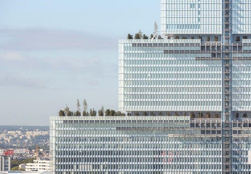 Новое здание суда в Париже по проекту Рензо ПианоВ 2018 году в Париже возведено здание суда по проекту итальянского архитектора Рензо Пиано. Новое здание должно объединить множество разбросанных вокруг столицы Франции юридических учреждений в единый и крупнейший в Европе комплекс. Сооружение расположено в северной части Парижа, в зоне планируемого городского развития.Высота комплекса составляет 160м. Он состоит из четырех уложенных штабелем параллелепипедов, покрытых стеклом. Каждый из геометрических объемов состоит из 10 этажей. Размеры параллелепипедов уменьшаются по мере подъема. Идея разделить здание на части появилась у Рензо Пиано вследствие желания уменьшить его видимые масштабы.Нижний параллелепипед здания, его пьедестал, представляет занят входной группой и огромной зоной приема посетителей, из которой посредством вертикальных и горизонтальных маршрутов открывается доступ к 90 залам, расположенным в трех вышележащих объемах.Полностью остекленный фасад обеспечивает максимальную естественную инсоляцию помещений и служит символом прозрачности системы правосудия. В проекте максимально использована система естественной вентиляции, применены технологии сбора дождевых вод, а на фасаде установлены солнечные панели.