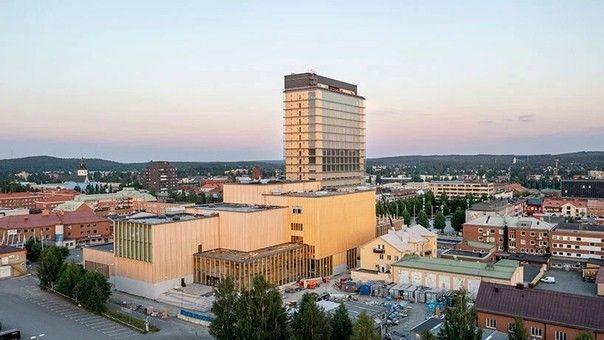В Швеции завершено строительство одного из самых высоких деревянных зданий в миреСтроительство деревянного многофункционального центра Sara по проекту архитектурного бюро White Arkitekter завершено в шведском городе Шеллефтео. При высоте 75 метров, 20-этажное здание является одним из самых высоких в мире, построенных в настоящее время с массовым применением деревянных конструкций.При строительстве применена технология крупногабаритных сборных модулей, изготовленных из CLT-древесины. Интересно, что из дерева в этом здании выполнены практически все основные конструкции, даже лифтовые шахты, что отличает его от других подобных проектов. Железобетон использовался только в работах нулевого цикла. При этом, срок службы здания, в соответствии данными проектировщика, составляет 100 лет.Применение современных строительных материалов в сочетании с модульной технологией строительства и продуманной логистикой позволило не только получить хорошую экономику проекта, но и значительно снизить выбросы СО2, достигнув высоких экологических показателей на всех стадиях жизненного цикла объекта.#деревянныеконструкции #небоскребы #швеция