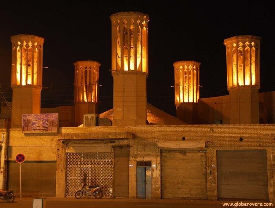 Бадгиры - сооружения для вентиляции зданий и кондиционирования воздуха в древнем ИранеБадгир считается одним из символов иранской архитектуры, история которого насчитывает тысячи лет. В жарких и пустынных районах страны иранцы, применяя творческий подход, издавна сооружали системы естественной вентиляции и охлаждения зданий, используя при этом точные расчеты.Существуют различные виды бадгиров. Как правило, они представляют собой четырехугольные сооружения-башни, в верхней части которых расположены несколько отверстий (с одной или с нескольких сторон). Внутри башни могут быть разделены перегородками из глины, дерева или не иметь такого разделения.В некоторых видах сооружений башня используется только как вытяжная труба. Наружный воздух поступает внутрь здания через длинный подземный тоннель, внутри которого имеются резервуары с холодной водой. Проходя по тоннелю, воздух охлаждается, а затем направляется в помещения. Такие типы бадгиров совмещались с инженерными сооружениями водоснабжения - кяризами.В других типах бадгиров воздух улавливается верхней частью башни и поступает в канал, связанный с внутренним хранилищем воды. После этого он используется для охлаждения помещений дома, как это устроено, к примеру, в бадгире сада Доулат Абад в городе Йезде. В районах с повышенной влажностью, к примеру, в бадгирах южных портов Ирана воздух проходит по сухим каналам и затем вентилирует помещения.#история #вентиляция #кондиционирование