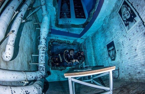 """Deep Dive - самый глубокий бассейн в миреВ 2021 году в Дубае ОАЭ открылся самый глубокий бассейн в мире. Необычное сооружение """"Deep Dive"""" построено в первую очередь для дайверов, его общая глубина превышает 60 метров. Deep Dive вмещает 14,6 млн литров воды, что сопоставимо с емкостью шести олимпийских бассейнов.Сооружение сразу же было отмечено рекордом книги Гиннеса, обогнав предыдущего лидера по глубине - бассейн Deepspot в Польше. Чаша бассейна состоит из нескольких слоев: до уровня -12 метров простирается широкая прямоугольная часть. Эту часть бассейна можно наблюдать снаружи через большие панорамные окна.Ниже начинаются лабиринты затонувшего города с муляжами брошенных зданий в постапокалиптической тематике. Самая глубокая часть бассейна - это 20-метровая шахта, внутрь которой допускаются только опытные дайверы.Глубоководная шахта выполнена из сборных железобетонных колец толщиной 1 метр, вокруг которых предусмотрен дополнительный слой бетона толщиной еще 5 метров. Работа сооружения предусматривает возможность вертикального перемещения трубы при заполнении и опорожнении водой.Интересно, что строительство Deep Dive велось в строгом секрете, а результат был представлен публике уже в практически готовом виде.#бассейны"""
