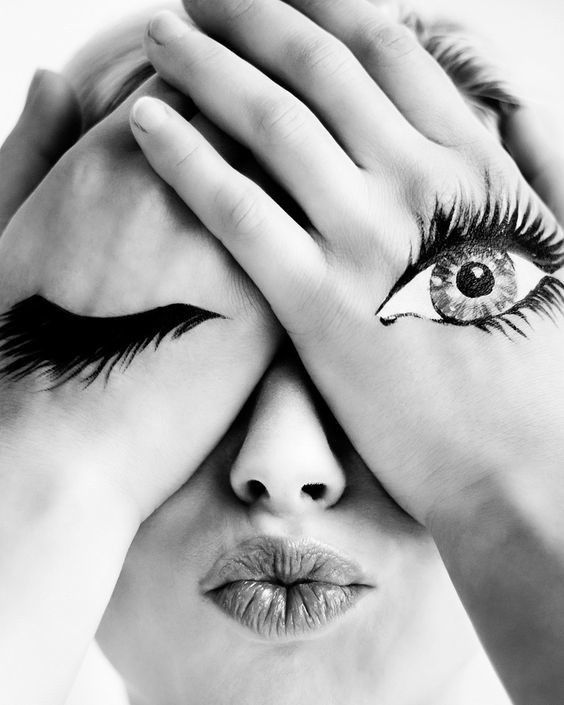 Линзы при наращивании!Существует миф о том, что девушкам, которые носят контактные линзы, наращивание строго противопоказано.Девушек пугают аллергическими реакциями, воспалениями и даже — о ужас — повреждением сетчатки глазаДавайте разбираться, как всё обстоит на самом деле:АллергияЕсли у девушки есть аллергия на клей для наращивания, то совершенно неважно, носит она линзы или нет.Если аллергии нет, то от линз она, конечно же, не появится.ВоспаленияВоспаление может случиться, если у вас есть противопоказания к наращиванию, вы болеете на момент записи, открываете глаза во время процедуры и т.д.Линзы здесь, опять же, ни при чем.Сетчатка глазаНаращивание ресниц НЕ разрушит вашу сетчатку глаза. Даже если вы носите линзы. Даже если у вас чувствительные глаза. Хотя бы потому, что перед сетчаткой находится еще и роговица — то есть, чтобы добраться до сетчатки, нужно постараться.Единственное, на что могу повлиять линзы при наращивании — это срок носки ресниц.Снимая и надевая линзы, вы будете чаще задевать ресницы, а также на них будет попадать жидкость для линз или капли от сухости глаз, из-за чего клей может чуть быстрее разрушиться.Многие девушки не снимают линзы даже во время процедуры, и чувствуют себя вполне комфортно. Хотя мы, например, рекомендуем снять линзы перед наращиванием и надеть обратно только через 24 часа.