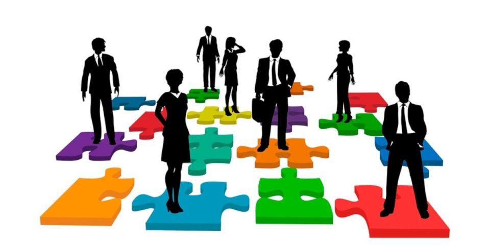 SMART технология в работе с персоналом.Часто в бизнесе результат и ожидания не совпадают, вызывая ощущения досады и попусту потраченного времени. Иногда в этом винят людей, выполняющих поручения, говоря об их минимальных способностях, безответственности и переизбытке лени. Не прокаченный руководитель винит сотрудника, а опытный начнет с себя. По статистике, чаще всего подчиненные не понимают ожиданий от них и даже до конца не осознают возложенной ответственности. Как показала практика между точными науками и менеджментом много общего, об этом говорит и способ правильной постановки задач. Простая логика и структура, проследовав которой руководитель доволен итогом, а работник доволен руководителем.Назначение будет предельно понятным при использовании технологии SMART (в переводе с англ. «Умный»), эта техника и является стандартом для оценки качества выданной задачи. С чего же стоит начать? Начните с простого алгоритма.ШАГ 1: ВЫДАЧА ИНФОРМАЦИИ.Задача должна быть:S – Конкретной (содержать полную и наглядную информацию для четкого понимания).M – Измеримой (параметры для оценки ее поэтапного достижения).A – Достижимой (трудной, но выполнимой).R – Ориентированной на результат (как поймет, что достиг).T – Определена во времени (конечные сроки).Многим известна эта техника, но кто ей постоянно пользуется? Ведь знать и применять это разные вещи. Формулировка: «Нужно сделать хорошо и быстро, иди и сделай это как можно скорее», скромно говоря, далека от идеала.ШАГ 2: МОТИВАЦИЯ.Можно сказать подчиненному, что его взяли для выполнения функционала и у него нет выбора; а можно зажечь на ее реализацию. Трудозатратнее и эффективнее станет второй вариант. Доказано исследованиями, что замотивированный сотрудник в разы эффективнее напуганного и заруганного. Мотивация на выигрыш от реализации (рост, карьеру, почет – у каждого свое) быстрее активирует человека. Ведь лучше работает тот, кто делает это для себя, а не потому, что просто надо.ШАГ 3: ЛОГИКА ПОСТАНОВКИ.Предлагаемый алгоритм стал