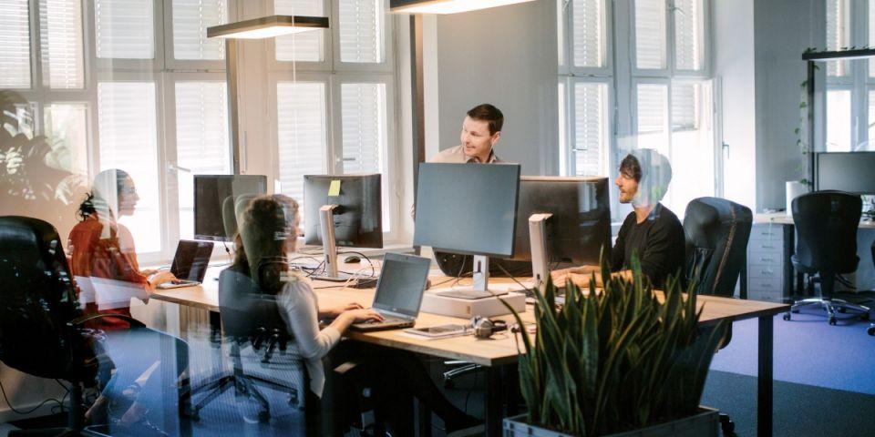 Организация работы персонала.Подбор и расстановка кадров — одна из важнейших функций управленческого цикла, выполняемых руководящим составом организации. Подбором кадров занимаются все руководители от бригадира до директора, подбор кадров сопровождается их расстановкой в соответствии с деловыми качествами. От качества подбора и расстановки кадров как в производственной системе, так и в системе управления во многом зависит успешность работы организации.Под подбором и расстановкой кадров понимается рациональное распределение работников организации по структурным подразделениям, участкам, рабочим местам в соответствии с принятой в организации системой разделения и кооперации труда, с одной стороны, и способностями, психофизиологическими и деловыми качествами работников, отвечающими требованиям содержания выполняемой работы — с другой. При этом преследуются две цели: формирование активно действующих трудовых коллективов в рамках структурных подразделений и создание условий для профессионального роста каждого работника. Подбор и расстановка кадров основывается на принципах соответствия, перспективности, сменяемости.ПРИНЦИП СООТВЕТСТВИЯ означает соответствие нравственных и деловых качеств претендентов требованиям замещаемых должностей.ПРИНЦИП ПЕРСПЕКТИВНОСТИ основывается на учете следующих условий:- установление возрастного ценза для различных категорий должностей;- определение продолжительности периода работы в одной должности, на одном и том же участке работы;- возможность изменения профессии или специальности, организация систематического повышения квалификации;- состояние здоровья.ПРИНЦИП СМЕНЯЕМОСТИ заключается в том, что лучшему использованию персонала должны способствовать внутриорганизационные трудовые перемещения, под которыми понимаются процессы изменения места работников в системе разделения труда, а также смены места приложения труда в рамках организации, так как застой (старение) кадров, связанный с длительным пребыванием в одной и той же должности, имеет нег