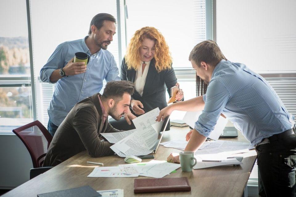 Командная работа.Любой бизнес - это, прежде всего, человеческое общение. Поэтому учет психологических особенностей личности играет далеко не последнюю роль в достижении делового успеха. Умение определить преобладающий тип темперамента человека - важное качество бизнесмена еще на этапе формирования своей команды. Каждый из представителей четырех основных типов темперамента занимает в команде только для него характерное место. Проблемы и конфликты возникают, когда от человека с одним преобладающим типом темперамента ожидают и требуют проявлений, присущих представителю другого темперамента.1. Холерик спокойно выдерживает частые и длительные командировки. Только он умеет мгновенно переключаться c одного вида деятельности на другой. Именно холерик постоянно находится в активном состоянии, готовый к быстрым решительным действиям. Проявление инициативы - вот постоянный фактор существования холерика. Ни в коем случае нельзя оставлять холерика без работы. Инициатива - вещь хорошая, но лучше держать ее под контролем.2. Флегматик - антипод холерика. Флегматику необходимо давать распоряжения точно и лаконично. Любые формы деятельности с бумагами, у компьютера, приведение в порядок финансов - вот стихия флегматика. Флегматики - это стабильность фирмы, ее прочность и непотопляемость.3. Меланхолик станет надежным и преданным помощником, на которого вы всегда сможете положиться. В его лице, ваша фирма приобретет исполнительного добросовестного сотрудника, способного положительно повлиять на микроклимат всей вашей команды.4. Сангвиник - это визитная карточка фирмы, ее лицо. Они умеют найти общий язык с любым человеком, причем, делают это легко и непринужденно. Из них получаются хорошие руководители самого разного уровня. Если Вам нужен менеджер, - лучше сангвиника не найти.Попробуем смоделировать офис, в котором будут успешно трудится четыре человека: холерик , флегматик , меланхолик и сангвиник. Руководить офисом будет сангвиник. Он будет принимать клиентов, вести деловые переговор