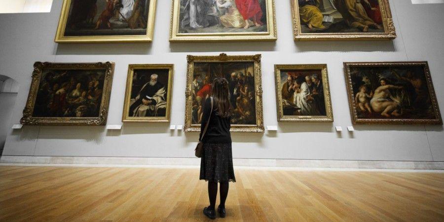 Искусство, как культура или культура, как искусство?Согласно современному взгляду, имеющему широкое распространение, искусство является частью культуры, причем наиболее важной, системообразующей ее частью. Т.е. культура понимается в первую очередь как система художественных образов, созданных творчеством художников, композиторов, писателей и поэтов, и т.п. Такой культ искусства в культуре связан с тем, что в Новое время именно образы литературы и искусства стали главными эталонными выразителями доминантных культурных паттернов, объектом социального влияния и подражания. По всей видимости, в этой связи и произошла смысловая контаминация понятий искусства и культуры (характерная именно для Нового времени), их объединение в единую отрасль деятельности. Такой взгляд сегодня преобладает и в системе государственного управления культурой; в большинстве стран мира министерства культуры занимаются в первую очередь поддержкой искусства.Эту контаминацию можно обнаружить и в трудах многих отечественных ученых и вузовских преподавателей. Здесь я вижу в первую очередь влияние немецкой Франкфуртской школы философии - В. Беньямина, Т. Адорно, М. Хоркхаймера, Ю. Хабермаса и др., акцентирующих свои исследования, в том числе, на эстетике и социологии искусства. Впрочем, далеко не все российские сторонники контаминации искусства и культуры являются осознанными последователями Франкфуртской школы (такими, как Н.А. Хренов и Е.Н. Шапинская) и вообще последователями какой-либо научной школы. Их тяготение к объединению искусства и культуры является скорее плодом их профессиональных заблуждений и некомпетентности.С такой контаминацией не согласны антропологи, считающие главными компонентами культуры обычаи и язык. Они трактуют культуру как систему поведенческих стереотипов, определяющих социальные взаимодействия людей в обществе, и паттернов сознания, регулирующих социальные отношения, основания идентичности и пр. Здесь акцент делается на этнической локальности культур. У социологов культуры