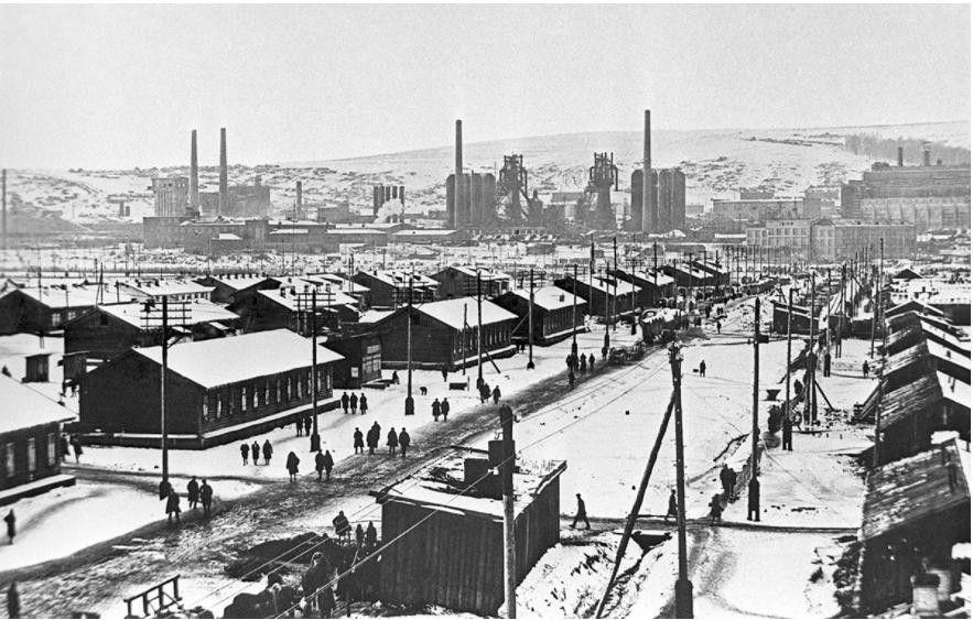 КАК В СССР СТРОИЛИ ИДЕАЛЬНЫЕ ГОРОДА-КОММУНЫЭти кварталы должны были не только быстро решить проблему с жильем для рабочих, но и стать образцом нового пролетарского быта.В 1930-х годах, когда Советский Союз развернул программу индустриализации и начал строительство заводов по всей стране, в города хлынул поток рабочих из сел и деревень. В старых районах мест не хватало, и люди, приезжавшие на большие стройки, были вынуждены жить в палатках, землянках и прочем «самострое». Для них необходимо было построить не только дома, но и необходимую инфраструктуру.Новые районы, которые получили название соцгородов, должны были обеспечить жильем миллионы людей в кратчайшие сроки, отвечая при этом и идеологическим задачам того времени. Люди, привыкшие до того к частной собственности, теперь получали жилье и социальные услуги от государства, причем для всех условия были примерно одинаковыми, начиная от мебели и заканчивая развлечениями. Первые социальные города были построены по проектам иностранных специалистов. В 1930-1933 годах советское руководство приглашает группу из 17 немецких и австрийских архитекторов и градостроителей. Возглавлял этот коллектив Эрнст Май, один из идеологов массового типового строительства. Он был главным архитектором Франкфурта-на-Майне, где были построены функциональные жилые кварталы, включавшие в себя дома и общественные пространства.Команды Мая участвовала в проектировании по меньшей мере 20 советских соцгородов, по большей части, на территории Урала и Сибири (Новокузнецк, Магнитогорск, Новосибирск и многие другие), предложив новый взгляд на градостроительную политику.Районы носили названия заводов. В крупных городах могло быть несколько соцгородов или соцпоселков. Так, в Казани были соцгород Авиастроя, соцгород Авиакомбината, соцгород Казмашстроя. В Сталинграде  - были соцгорода химиков, судостроителей, работников тракторного завода.Главное, что отличало соцгорода от других районов, это четкое планирование будущего поселения. Предполагалось, что жиз