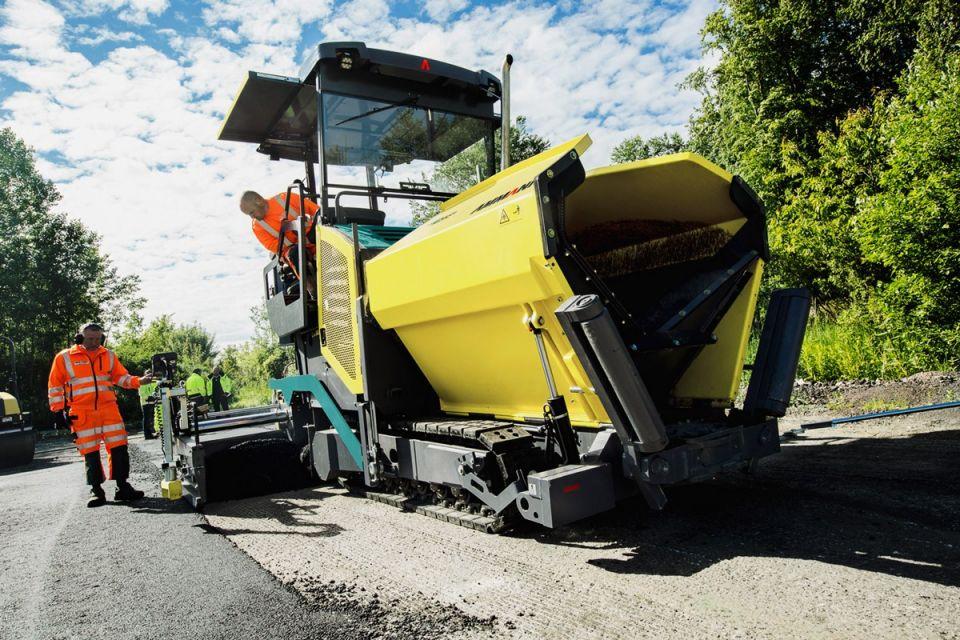 ВИДЫ АСФАЛЬТОУКЛАДЧИКОВАсфальтоукладчик – дорожно-строительная машина линейного типа, выполняющая работы по предварительному распределению с заданной толщиной, разравниванию и уплотнению асфальтовой смеси, по основанию дорожного полотна. Создавая покрытие на дороге, все виды асфальтоукладчиков работают в паре с грузовой машиной поставляющими и подающими в них асфальт, катками – для окончательного утрамбовывания и разглаживания полотна.Классифицируют агрегаты по таким параметрам и технологическим характеристикам:1. Основное назначение.2. Производительность.3. Ширина укладки.4. Тип несущего шасси.5. Способ приема асфальтовой смеси.6. Автоматизация, оснащенность датчиками контроля.Асфальтоукладочные машины по типу перемещения бывают:- самоходные;- прицепные;- навесного типа.Различают:• легкие или мини – с весом машины 6 т, производительностью до 25 т/ч;• средние – массой – 6-10 тонн, производительностью – 25-150 т/ч;• тяжелые – весом – 10-12 тонн, способные укладывать 150-300 т/ч асфальта;• сверхтяжелые – могут вырабатывать 300 т/ч.По ширине укладываемого дорожного полотна различают пять типоразмеров машин:• I класс – малой ширины укладки 1-3 (4) м;• II класс – с шириной укладки 2-4,5 (5) м;• III класс – с укладкой шириной 2,5-7,5 (8) м;• IV класс – с шириной 3-9 (10) м, для обустройства двух полосной проезжей части;• V класс – большой ширины укладки 3-16 м, используют для трехполосных дорог с укрепительными полосами.По качествам смеси для укладки выделяют:• специальные – работающие только с асфальтобетонной смесью;• специализированные – работающие с битумоминеральной смесью;• универсальные – оснащенные сменными механизмами для работ с различными строительно-дорожными материалами.По способу приема асфальтной смеси выпускают модели:• бункерного типа (с активной/пассивной подачей смеси) – асфальт подается к работающим механизмам с помощью транспортеров- питателей;• без бункерные – материал поступает непосредственно на основание дороги.Ход асфальтоукладчика может быть:• г