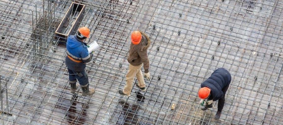 ПРОИЗВОДСТВО СТРОИТЕЛЬНЫХ РАБОТВ практике строительства применяются три метода производства работ:- Последовательный;- Параллельный;- Поточный.Последовательный метод – на каждом последующем участке строительства работы начинаются только после их завершения на предыдущем. Главный минус такого подхода в невозможности эффективно и рационально распределять кадры, так как часть трудовых ресурсов или строителей находится в ожидании завершения предыдущего участка.Параллельный метод – рабочие процессы осуществляются одновременно на нескольких объектах (так называемых «захватках»). Продолжительности строительства сокращается за счет привлечения большого количества рабочих с одновременным рассредоточением строительных материалов и ресурсов по всем начатым стройкам.Поточный метод характеризируется тем, что работы на последующем объекте начинаются сразу после окончания на предыдущем объекте, то есть, выполняются без перерыва, а иногда осуществляются параллельно. Считается наиболее прогрессивным методом производства строительных работ в профессиональной среде.Поточный метод производства строительных работ.Сущность поточного метода состоит в том, что каждая бригада рабочих, выполнив работу на одном участке (захватке), переходит на второй, третий и последующие. Это могут быть целые этажи зданий, части этажей или целые здания и т.д. Смысл поточного метода заключается в организации последовательного, непрерывного и ритмичного производства строительных работ, что позволяет эффективно и рационально использовать материальные и трудовые ресурсы. Благодаря такой организации процесса в равные промежутки времени можно использовать определенные объемы строительной продукции, повышая рентабельность строительства.На «потоке» отдельные виды работ осуществляются параллельно, то есть максимально совмещаются. Благодаря этому сроки строительства сокращаются в среднем до 20%25, а производительность труда повышается на 8 -10%25. Плюсов у поточного метода достаточно много. Главным образом, это:- Равн