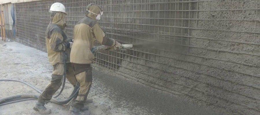 ЧТО ТАКОЕ ТОРКРЕТИРОВАНИЕ?Торкретированием принято считать бетонные работы, при выполнении которых цементно-песчаный раствор наносится на поверхность под давлением воздуха. В производстве торкретирование применяется в двух направлениях.Первое направление это возведение строительных конструкций, когда на арматуру с односторонней опалубкой наносится рабочая смесь в несколько слоев, и мы получаем монолитное сооружение.Второе направление это производство ремонтных работ и нанесение защитных слоев. Как правило, рабочая смесь наносится в один слой и выполняет укрепляющую, защитную, изолирующую или другую функцию.Проведение такого вида бетонных работ имеет очень широкое применение. При помощи торкретирования в последнее время строятся тонкостенные железобетонные сооружения, такие как всевозможные резервуары, арки, своды и другие, вогнутые или выпуклые конструкции. Усиление всевозможных конструкций так же проводится при помощи торкретирования.Такие направления в строительстве, как строительство сельскохозяйственных хранилищ, мостостроение, туннелестроение и другие сегодня практически не выполняются без технологии торкретирования. В чем же заключается преимущества такой технологии? Все дело в том что, применяя торкретирование, мы получаем поверхность, которая обладает высокой механической прочностью, повышенной плотностью. Такие сооружения эффективно противостоят воздействиям влаги и низким температурам. Сцепление рабочей смеси с основанием очень велико, и конструкция получается практически монолитной.Рассматривая процесс торкретирования можно отметить два вида его исполнения. Это сухое торкретирование и мокрое торкретирование.Сухое торкретирование это довольно сложный процесс и требует хорошо подготовленного персонала. При сухом торкретировании рабочая смесь в сухом состоянии подается к соплу рабочей станции, где смешивается с водой, которая по отдельному шлангу поступает в сопло. Далее под высоким давлением полученная смесь выбрасывается на обрабатываемую поверхность. Скор