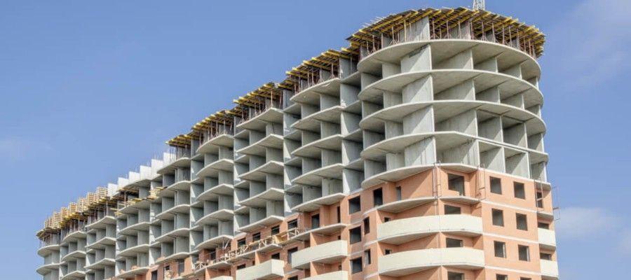 МОНОЛИТНО-КИРПИЧНЫЙ ДОМ. ТЕХНОЛОГИЯ ВОЗВЕДЕНИЯФормирование цельной бетонной конструкции производится непосредственно на строительной площадке, когда жидким бетонным раствором заполняется предварительно установленная опалубка с арматурным каркасом. Это позволяет создавать цельную монолитную конструкцию без швов, ослабляющих прочность. В большинстве случаев с целью улучшения теплоизоляционных характеристик зазор между кирпичами и бетоном заполняется гидроизоляционным материалом и утеплителем.Используя опалубку, являющуюся вспомогательным оборудованием, строители заливают различные элементы конструкции строения:- капитальные стены;- основание;- межэтажные перекрытия.При возведении монолитных домов используется щитовая опалубка, изготовленная из прочных стальных листов, легкого алюминия, неметаллических материалов, древесины. Применяются следующие виды опалубки:🗸 Съемной конструкции. Она демонтируется после твердения железобетона. Щиты переставляются на следующий участок работ, где формируется каркас, устанавливаются арматурные каркасы, заливается бетонный раствор. Используется при строительстве жилых объектов, промышленных сооружений повышенной этажности.🗸 Стационарного типа. Щиты после заливки остаются как неотъемлемый конструктивный элемента постройки. Данный вид опалубочной технологии, помимо формирования армированного бетонного монолита, выполняет гидроизоляционную функцию, дополнительно утепляет постройку, изолирует от посторонних шумов. Осуществляемую частным путем постройку здания лучше производить с использованием такой опалубки.Технологический процесс возведения кирпично-монолитных домов положительно зарекомендовал себя на протяжении десятилетий. Независимо от климатических условий он применяется для возведения жилых домов, административных, промышленных объектов, несущий каркас которых выполнен из цельного, усиленного арматурой, бетона, а наружные стены построены из кирпича. Со стороны сооружение напоминает обычный кирпичный дом.Положительные моменты данной т