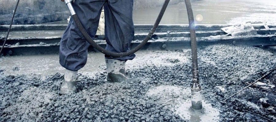 УПЛОТНЕНИЕ БЕТОННОЙ СМЕСИ ВИБРИРОВАНИЕМБетоном называют искусственный каменный материал, получаемый при затвердевании смеси четырех основных материалов: цемента, воды, песка и крупного заполнителя - щебня или гравия. Смесь цемента с водой образует цементное тесто, которое, затвердевая, превращается в цементный камень. Последний скрепляет между собой зерна песка и частицы крупного заполнителя, образуя монолит.Бетонной смесью принято называть смесь материалов для бетона в период после перемешивания между собой всех составных частей бетона и до окончания укладки ее на место. Свежеприготовленная бетонная смесь в зависимости от ее состава и содержания в ней воды может иметь различную подвижность: различают жесткую, подвижную и текучую бетонную смесь.Жесткая бетонная смесь имеет вид слегка увлажненного сыпучего материала. Подвижная (пластичная) бетонная смесь имеет большее содержание воды, цемента, песка и производит впечатление густого теста. При дальнейшем увеличении содержания воды подвижность бетонной смеси увеличивается: она не сохраняет приданную ей форму, расплывается, может течь по желобам. Такую бетонную смесь называют текучей.Чем больше воды содержится в бетонной смеси, тем меньше прочность бетона при данном расходе цемента; поэтому менее подвижные бетонные смеси более экономичны. Однако подвижность применяемой бетонной смеси надо сообразовывать с условиями ее укладки. Бетонное сооружение будет прочным только в том случае, если поданная на место укладки бетонная смесь будет хорошо уплотнена в опалубочной форме, для чего необходимо выполнить значительную работу. Подвижная бетонная смесь хорошо поддается уплотнению.Текучая бетонная смесь почти не требует затраты труда на ее уплотнение. Однако ввиду низкого качества получаемого бетона и неэкономичности текучая бетонная смесь теперь применяется редко. Ее можно применять только в тех случаях, когда произвести бетонирование на менее подвижной смеси невозможно.В начале тридцатых годов для уплотнения жесткой и пластично