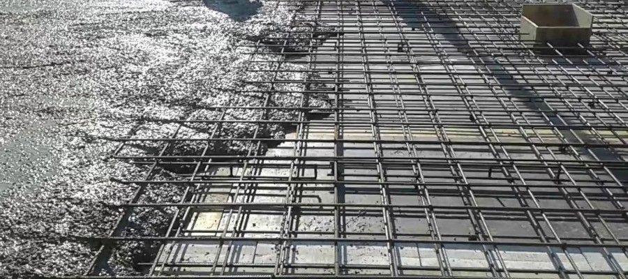 ТЕХНОЛОГИЯ УКЛАДКИ БЕТОННОЙ СМЕСИПрежде всего, следует сказать о том, что бетон - композиционный материал, основными компонентами которого являются цемент, вода и наполнители (в качестве которых используется гравий с песком либо щебень). Чтобы приготовить качественный бетон, необходимо рационально подобрать соотношение компонентов, и тщательно их размешать, следя за равномерностью распределения составных частей смеси. Определяется состав смеси исходя из того, какова предполагается прочность бетона на сжатие, объемная масса, морозостойкость и каким способом будет осуществляться укладка.Для надлежащего уплотнения бетона (а это необходимо для достижения им заданной прочности) следует проследить за тем, чтобы бетонная смесь сохраняла свои свойства в течении 60 мин. За этот срок нужно уложить бетон в опалубку бетонируемой конструкции. Приступать к укладке смеси в бетонируемую конструкцию можно после проверки закладных деталей, арматуры и общего состояния опалубки. Если вы используете опалубку из древесины, перед укладыванием обязательно обильно смочите ее водой, поскольку из-за поглощения досками влаги из смеси страдает прочность бетонной конструкции.Технология укладки бетонной смесиОбразовавшиеся в опалубке щели необходимо законопатить. В зависимости от того, какая конструкция подлежит бетонированию, решается вопрос, каким способом будет укладываться бетон. При работе с крупными конструкциями бетонную смесь следует укладывать по горизонтали, слоями не толще 50 см. Направление укладки всех слоев должно быть одинаковое, слои следует делать примерно равными между собой по толщине. Кроме того, необходимо соблюдать непрерывность процесса, укладывая последующий слой бетона до того момента, как произойдет схватывание предыдущего. Нельзя забывать и о таком важном параметре бетона как удобоукладываемость.По завершению укладки смеси производится ее уплотнение. Уплотняется бетон с целью достижения однородности и монолитности конструкции. К одному из наиболее практикуемых способов 