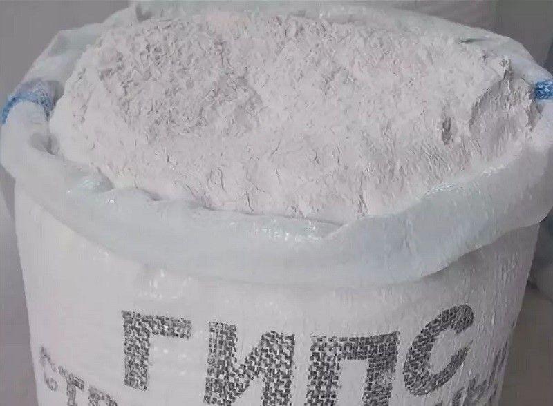 ГИПСОВЫЕ ВЯЖУЩИЕ ВЕЩЕСТВАГипсовые вяжущие вещества – это воздушные вяжущие, состоящие в основном из полуводного гипса или ангидрида и получаемые тепловой обработкой сырья и помолом.Сырье для получения гипсовых вяжущих чаще всего служит горная порода гипс, состоящая преимущественно из минерала гипса. Используют и ангидрит, отходы промышленности (фосфогипс – от переработки природных фосфатов в суперфосфат, борогипс и др).Гипсовые вяжущие вещества подразделяются в зависимости от температуры тепловой обработки на две группы: низкообжиговые и высокообжиговые.Низкообжиговые гипсовые вяжущие получают тепловой обработкой природного гипса при низки температурах (110-180°C). Они состоят в основном из полуводного гипс, так как дегидратация сырья при указанных температурах приводит к превращению двуводного гипса в полугидрат.К низкообжиговых гипсовым вяжущим веществам относятся строительный, формовочный и высокопрочный гипс.Строительный гипс изготовляют низкотемпературным обжигом гипсовой породы (гипсового камня) в варочных котлах или печах. В первом случае гипсовый камень сначала размалывают, а потом в виде порошка нагревают в котлах. Имеются промышленные установки, в которых совмещены помолы и обжиг. При обжиге в незамкнутом пространстве вода выделяется и удаляются в виде пара.Стандартом установлено 12 марок по пределу прочности при сжатии (МПа): Г-2, Г-3, Г-4, Г-5, Г-6, Г-7, Г-10, Г-13, Г-16, Г-19, Г-22, Г-25. При этом минимальный предел прочности при изгибе для каждой марки должны соответствовать значению соответственно от 1,2 до 8 МПа.Высокопрочный гипс получают термической обработкой высокосортного гипсового камня в герметичных аппаратах под давлением пара. Он состоит в основном из α-модификации полуводного сульфата кальция, более активной, чем β-модификации. Поэтому прочность высокопрочного гипса при сжатии 15-25 МПа превышает прочность строительного гипса. Из него изготовляют элементы стен и сборных перегородок, камин для стен.ормовочный гипс состоит в основном из модиф