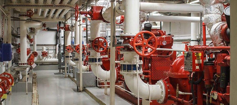 ВНУТРЕННИЙ ПРОТИВОПОЖАРНЫЙ ВОДОПРОВОДОсновная задача системы внутреннего противопожарного водопровода – обеспечить своевременное тушение возгораний до прибытия специализированной бригады. В эту инженерную сеть входят насосные станции, приборы контроля и управления, которые объединены коммуникациями, обеспечивающими подачу огнетушащего средства к очагу пожара.С его помощью возможно предотвратить возгорание на большой площади, минимизировав таким образом ущерб и риски для людей. Однако для достижения такой эффективности внутренний противопожарный трубопровод должен отвечать необходимым требованиям, которые исключают ошибки в просчетах, способные привести к серьезным последствиям.Внутренние противопожарные водопроводы (ВПВ) проектируются и создаются с целью обеспечения объектов строительства надежными средствами подавления пожаров в начальной стадии распространения огня. Этими средствами должны уметь пользоваться работники предприятий, в том числе дневной, сменный и дежурный персонал. Для этого проводятся соответствующие обучающие инструктажи и практические занятия.Как элемент системы противопожарной защиты, внутренний противопожарный водопровод позволяет в кратчайшие сроки и с минимумом усилий устранить очаги пожара, не дать огню распространиться до момента прибытия пожарного расчета. Прибывшие на место пожарные также могут использовать ВПВ для поиска очага возгорания и последующего тушения.Внутренним противопожарным водоснабжением обеспечивается целый комплекс зданий и сооружений, начиная с жилых многоквартирных домов и общественных зданий, заканчивая производственными и складскими объектами с высокой степенью взрыво- и пожароопасности. Грамотное использование этих систем в случае чрезвычайных ситуаций спасает жизни и здоровье людей, сохраняет ценное имущество.Существует две разновидности комплексов пожаротушения, отличающихся функционалом и принципом использования:1. Водопровод общего назначения с функцией пожаротушенияПредставляет собой обыкновенную водопроводную с