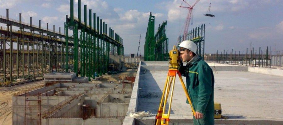 ИНЖЕНЕРНО-ГЕОДЕЗИЧЕСКИЕ ИЗЫСКАНИЯ. ОРГАНИЗАЦИЯ РАБОТГеодезические работы в строительстве выполняются в определенном объеме и с указанной точностью, которые обеспечивают при размещении и возведении объектов строительства соответствие геометрических параметров проектной документации требованиям строительных норм и правил. Работы разделяются на следующие основные виды: съемочные, трассировочные, разбивочные, а также исполнительные съемки, наблюдения за деформациями объектов строительства. Съемочные и трассировочные работы предшествуют проектированию строительства и проводятся в период инженерных изысканий.Разбивочные работы ведутся непосредственно в период строительства и предназначаются для выноса с проекта на местность осей и точек зданий, сооружений. Исполнительные съемки осуществляются в процессе строительства и при его завершении с целью контроля за выполнением и качеством строительно-монтажных работ, а также составления нового плана застроенной местности. Наблюдения за деформациями объектов строительства проводятся с начала их возведения и до окончания строительства и, при необходимости, продолжаются в период эксплуатации. В состав геодезических работ, связанных с их выполнением непосредственно на строительной площадке, входят: - создание геодезической разбивочной основы для строительства, включающей построение разбивочной сети строительной площадки и вынос в натуру основных или главных разбивочных осей зданий и сооружений, магистральных и внеплощадочных линейных сооружений, а также для монтажа технологического оборудования; - разбивка внутриплощадочных, кроме магистральных, линейных сооружений или их частей, временных зданий (сооружений); - создание внутренней разбивочной сети зданий (сооружений) на исходном и монтажном горизонтах и разбивочной сети для монтажа технологического оборудования, если это предусмотрено в проекте производства геодезических работ или в проекте производства работ, а также производство детальных разбивочных работ; - геодезический контрол