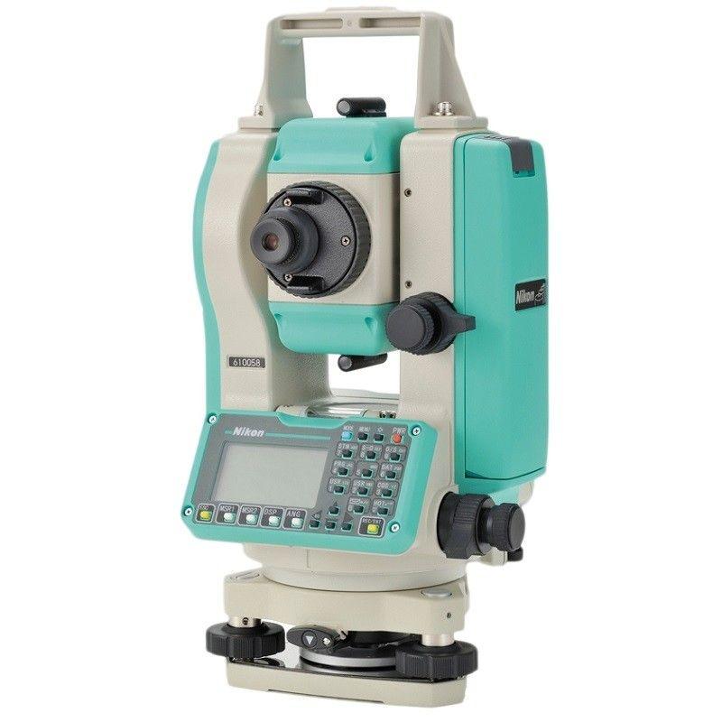 ОБЗОР ТАХЕОМЕТРА Nikon DTM-322Из впечатляющей ассортиментной линейки высокоточных геодезических инструментов легендарного японского концерна Nikon, известного не только отличными фотокамерами, электронный тахеометр Nikon DTM-322 выделяется своей универсальностью. При относительно невысокой стоимостью он предоставляет огромные возможности для выполнения широкого фронта работ:- вынос в натуру проектных точек и линий;- определение параметров объектов, в том числе и недоступных расстояний;- обратная засечка;- выполнение проекции точки на линию;- расчет площадей.Этот тахеометр представляет собой более усовершенствованную версию модели DTM-332 широко известной серии DTM-302.Данная модель является оптимальным с точки зрения стоимости, надежности и производительности прибором для успешного решения разнообразных топографических и инженерно-геодезических задач. Его использование оправдано в строительной, кадастровой и землеустроительной сферах, а также на сложных производствах при установке промышленного оборудования.Купить тахеометр Nikon DTM-322 – значит, профессионально, корректно и быстро выполнить необходимые замеры и расчёты, которые послужат дальнейшим базисом для инженерных работ.Оснащенный фирменной оптической системой, проверенной десятилетиями в фотооборудовании Nikon, изображение, переданное зрительной трубой с 33-кратным, на дисплее формируется чёткое и высококонтрастное даже при недостаточной или чрезмерно яркой освещенности. Даже на больших дистанциях визирования не наблюдается искажений, использование данной модели тахеометра минимизирует нагрузку на глаза в течение длительного рабочего дня.Эргономичная односторонняя клавиатура, состоящая из буквенно-цифрового, программного и навигационного блоков в 25 клавиш, позволяет:- быстро и удобно перемещаться по пунктам программного меню;- вводить значения координат;- выполнять измерения;- фиксировать и передавать полученную информацию на внешние носители.Линейка тахеометров Nikon DTM-322 состоит из двух моделей: трех-