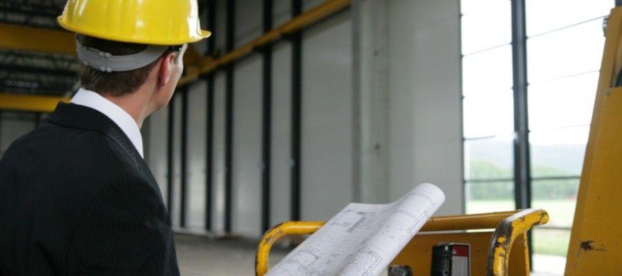 СЛУЧАИ ПРОВЕДЕНИЯ СТРОИТЕЛЬНОЙ ЭКСПЕРТИЗЫПровести строительную экспертизу бывает необходимо для решения широкого круга задач. Вот некоторые из них:- Сравнительная оценка фактически израсходованных материалов с указанными в документах.- Оценка качества проведенных работ, их соответствия стандартам и проектной документации.- Сравнительная оценка стоимости строительства и фактически выполненного объема работ.- Экспертиза проектной и сметной документации; выяснение, насколько эти документы соответствуют нормам и стандартам.- Определение причин, появившихся в ходе строительства или эксплуатации объекта, дефектов.- Выдача рецензий на отзывы государственных проверяющих объектов.- Оценка пригодности объекта недвижимости для дальнейшего использования.В принципе, строительная экспертиза может внести ясность в любые вопросы, касающиеся в той или иной степени строительства, зданий или сооружений.Объектами строительной экспертизы являются здания, сооружения, инженерные сети, строительная документация и проводимые работы. Кроме того, объектом исследований могут являться и территории, на которых возводятся объекты, но только с позиции инженерно-геодезических изысканий.Крупные экспертные организации стараются делить свою деятельность по типу исследуемых объектов. Для работы с самыми распространенными видами выделяется группа экспертов, которая проводит работы максимально быстро и качественно. Так, например, в отдельную группу традиционно выделяют экспертизу окон ПВХ. Заказов на данный вид работ много, вопросы по качеству установки окон и по поводу соответствия стекло пакета государственным стандартам возникают постоянно. Также наиболее частым объектом экспертизы выступают квартиры – специалистов привлекают для оценки ущерба, причиненного соседями, либо после некачественно проведенного ремонта. Часто инициаторами экспертизы квартир и домов являются владельцы новостроя, у которых есть претензии к строительной организации. В отдельную группу стоит выделить объекты производственного на