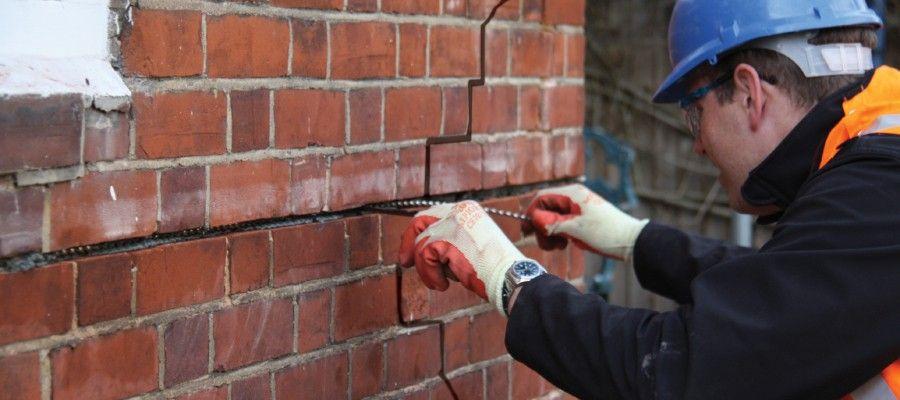 ЭКСПЕРТИЗА СТЕН ПРИ ОБСЛЕДОВАНИИ ЗДАНИЙ И СООРУЖЕНИЙЭкспертиза стен – это комплекс экспертно-диагностических процедур, направленный на определение соответствия конструкций строительным, противопожарным и экологическим стандартам. Как правило, экспертиза стен проводится одновременно с экспертизой других несущих конструкций и перекрытий. Однако, именно с определения прочности стен начинается оценка общего технического состояния здания.Услуги по экспертизе стен являются наиболее актуальными и востребованными. Это объясняется тем, что оценка прочности конструкций и уровня их изношенности позволяет сделать выводы о возможности дальнейшей эксплуатации здания и его истинной стоимости. Поэтому данные услуги часто заказываются при покупке и продаже объектов недвижимости. Кроме того, экспертиза стен обязательно проводится, если имеются планы по реконструкции, перепланировке или при капитальном ремонте здания. Процедура позволяет оценить, выдержат ли стены внесенные изменения и сами работы. Также довольно часто обследование стен осуществляется, когда имеют место нарушения чьих-то прав и интересов. В большинстве случаев обследование конструкций здания реализуется в следующей последовательности: - подготовительный этап;- визуальное обследование;- проведение измерений методами неразрушающего контроля;- составление отчета.Подготовительный этап включает изучение проектной документации, формирование целей и объема работ. В ходе визуального осмотра осуществляется оценка видимых внешних повреждений стен и несущих конструкций, колонн, перекрытий. Обязательно оценивается степень изношенности и коррозии арматуры и металлических несущих частей. После визуального осмотра проводится инструментальное обследование, которое предполагает определение коэффициента деформаций и фиксацию других прочностных характеристик. Также проводится неразрушающая диагностика, которая позволяет выявить полости, трещины и определить состояние арматуры внутри конструкций. Специалисты проверяют степень прогибов не