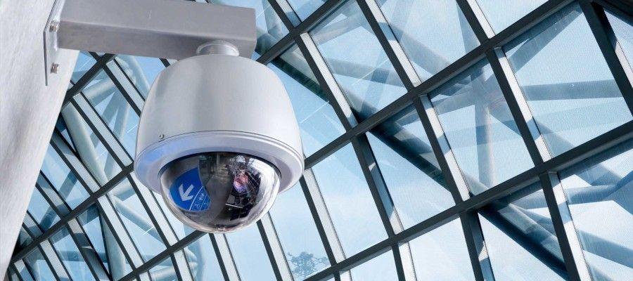 КАК СОСТАВЛЯЕТСЯ СМЕТА НА МОНТАЖ СИСТЕМЫ ВИДЕОНАБЛЮДЕНИЯПрежде чем, приступить к составлению сметы на монтаж системы видеонаблюдения, следует внимательно изучить техническое задание объекта, проектные схемы и спецификацию. Кроме этого необходимо четко знать параметры и технические требования оборудования, которое должно быть расценено и включено в смету на монтаж видеонаблюдения. На сегодняшний день существует множество приборов и устройств для систем видеонаблюдения, таких как камеры, видеорегистраторы, IP техника и прочее. Данные устройства различаются не только по цене и качеству материалов, из которых они изготовлены, но и, главное, по функциональности и сферам применения. Так, например, на промышленное видеонаблюдение смета будет включать не только несхожий набор расценок, но и применяемые коэффициенты, количество оборудования, нюансы его установки также будут отличны от тех, что будут применены по составлению сметы на установку видеонаблюдения в квартирах или офисах.Очевидно, что при составлении сметы на систему видеонаблюдения определяющим документом будет проектная документация, в которой должно быть четко просчитано и обозначено необходимое количество не только оборудования, но и вспомогательных материалов для его монтажа, как то: кронштейны, крепления, распределительные коробки и много другое. Количество и комплектация вспомогательных материалов для монтажа оборудования будет зависеть от способа монтажа и от технических характеристик самого оборудования, которые необходимо будет уточнять в процессе составления сметы на видеонаблюдение либо в вышеупомянутых проектных документах и схемах, либо у производителя оборудования.Прежде всего, необходимо обозначить сборники в сметных нормативных базах ГЭСН и ФЕР, которые чаще всего используются в сметах по видеонаблюдению. Так как монтаж системы видеонаблюдения на любом объекте — это сложный и трудоемкий процесс, представляется целесообразным условное деление всех работ на несколько этапов. Первый этап — это монтаж 