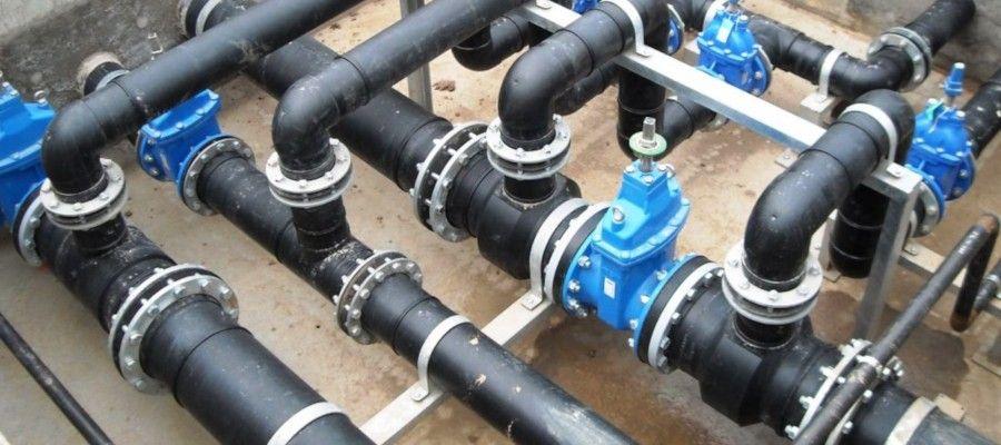 СМЕТА НА ПРОКЛАДКУ ВОДОПРОВОДАСуществуют два основных типа водопровода – с подключением к централизованному водоснабжению и автономный. Здесь рассмотрим смету на прокладку первого из них.Процесс составления сметы на прокладку данного типа водопровода можно условно разделить на пять основных этапов.Этап № 1. ОрганизационныйЗдесь решается сразу несколько важнейших задач:1) Определяется система центрального водоснабжения, к которой будет в дальнейшем произведено подключение;2) Получаются разрешительные документы на подключение. Это довольно большой список, поэтому нуждается в более детальном рассмотрении:  - Сначала получается план участка, масштаб которой должен быть 1 : 500. На плане указываются все имеющиеся инженерно-технические коммуникации, находящиеся под землёй. Этот документ выдаётся в Федеральных центрах регистрации земельных участков, кадастра и картографии, а иногда и в самом водоканале  - С полученным планом необходимо обратиться с заявлением, к которому прилагаются документы о праве собственности на земельный участок и дом, в местный водоканал, который выдаст техусловия для подключения  - С полученными техусловиями и правоустанавливающими документами на участок и дом далее обращаются в СЭС, где выдаётся заключение о возможности подключения в центральной водопроводной системе  - Затем разрабатывается проект будущего водопровода, для чего чаще всего обращаются в организацию, имеющую лицензию на разработку таких проектов  - Далее разработанный проект регистрируется в СЭС  - После этого необходимо получить разрешение местных коммунальных систем на осуществление земляных работ. Обращаться придется в несколько организаций – контролирующих газовые, электрические, водопроводные, канализационные, отопительные, телефонные и прочие коммуникации, а также в ГИБДД (если ветка центрального водопровода находится на другой стороне улицы от вашего дома)  - Поскольку сегодня осуществлять подключение к централизованной водопроводной системе могут только те организации, у кот
