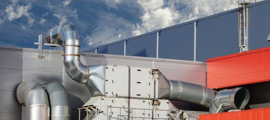 ПРОМЫШЛЕННАЯ ВЕНТИЛЯЦИЯВентиляция представляет собой систему, обеспечивающей обмен воздухом в здании, помещениях, их определенных зонах. В том или ином виде вентиляции есть на каждом объекте. Она включает комплекс вентиляционных каналов, коробов, вытяжек, может оснащаться вентиляторами, насосами, трубопроводами, другими техническими средствами. Промышленная вентиляция проектируется и используется со следующими целями:- чтобы обеспечить комфортный микроклимат для персонала, в том числе при работе в условиях повышенных температур, влажности;- чтобы своевременно удалять из помещений и зон теплый воздух, влагу, вредные и опасные вещества;- чтобы повысить качество воздуха, если оно не соответствует санитарным, гигиеническим и эпидемиологическим нормам;- чтобы снизить пожарные риски, обеспечить безопасность персонала и оборудования.Грамотное проектирование промышленной вентиляции особенно актуально для потенциально вредных и опасных производств. Например, на ОПО (опасные промышленные объекты) наличие вентиляции и ее соответствие требованиям законодательства является обязательных условием для ввода в эксплуатацию.Вентиляция нужна для каждого промышленного объекта, независимо от его потенциальной опасности. Но точные параметры системы и характеристики оборудования напрямую зависят от видов и условий деятельности, применяемых материалов и механизмов, количества людей, планировки помещений, других показателей. Все эти данные будут изучены проектировщиками на начальном этапе работы.Вид промышленной вентиляции подбирается под требования заказчика, под характеристики объекта. Есть три основных вида таких систем:• общеобменные – применяются для обеспечения нормального климата в обычных условиях, проектируются для бытовых, офисных, административных и иных аналогичных помещений производственного объекта;• технологические – обеспечивают обмен воздуха в местах размещения производственного оборудования, технологических линий;• местные – обеспечивают обмен воздуха, удаление опасных и в