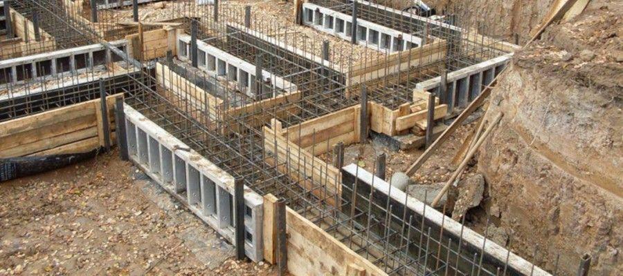 ПРАВИЛА ПОДСЧЁТА ОБЪЁМОВ РАБОТ. ФУНДАМЕНТЫ.Фундаменты под здания и сооружения могут быть из сборных железобетонных и бетонных элементов, монолитные железобетонные и бетонные, бутобетонные, бутовые. По конструктивному решению различают фундаменты ленточные (под стены), отдельно-стоящие столбы- столбчатые (под колонны, под оборудование), плиты фундаментные, фундаментные балки.Для подсчета объемов работ необходимы рабочие чертежи; план и сечения фундаментов; спецификации сборных элементов и арматуры; пояснения на чертежах (марки бетона и раствора, устройство гидроизоляции и оснований под фундаменты и т. п.).Сборные железобетонные и бетонные фундаменты нормируются по сб. 7. «Бетонные и железобетонные конструкции сборные». Затраты на укладку сборных бетонных и железобетонных фундаментных блоков и балок определяются на 1 шт.Количество сборных элементов, их марки и масса принимаются по спецификациям.Объемы работ по устройству монолитных железобетонных участков ленточных фундаментов, монолитных поясов и швов, подсыпке песка или шлака под фундаментные балки определяются дополнительно в м3 и нормируются по соответствующим сборникам.Устройство монолитных железобетонных, бетонных и бутобетонных фундаментов нормируется по сб. 6 «Бетонные и железобетонные конструкции монолитные» на 1 м3 их объема.Ленточные фундаменты, как правило, имеют разные сечения на отдельных участках. Поэтому план фундаментов разбивается на участки с определенным сечением и на каждом участке показывается номер сечения.Объем фундаментов определяется по каждому сечению умножением площади сечения на длину соответствующего участка фундамента. При этом длина наружных фундаментов подсчитывается в осях, внутренних - в чистоте. Общий объем ленточных фундаментов определяется как сумма объемов на отдельных участках.Объем столбчатых фундаментов подсчитывается по каждому их типу и суммируется.Объем фундаментных плит определяется умножением площади плиты на высоту.Объем железобетонных фундаментов под здания, сооружения 