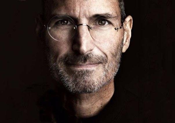 20 вдохновляющих цитат Стива Джобса <br /><br />Читайте 20 знаменитых высказываний Стива Джобса, человека, который изменил мир, подарил ему не только технологии, но и стиль и философию: <br /><br />1. Мы находимся здесь, чтобы внести свой вклад в этот мир. Иначе зачем мы здесь? <br />2. Я не доверяю компьютеру, который не могу поднять. <br />3. Вы хотите провести остаток жизни, продавая газировку, или хотите изменить мир? <br />4. Я убежден в том, что половина того, что отделяет успешных предпринимателей от неудачников, — это настойчивость. <br />5. Вы не можете просто спросить клиентов о том, что им нужно, ведь к тому моменту, пока вы это сделаете, они будут хотеть что-то новое. <br />Чаще всего люди не понимают, что им на самом деле нужно, пока сам им этого не покажешь. <br />7. Я бы обменял все свои технологии на встречу с Сократом. <br />8. Я единственный человек, который знает, что такое потерять четверть миллиарда долларов за год. Это очень хорошо формирует личность. <br />9. Когда-то Пабло Пикассо сказал: «Хорошие художники копируют, великие художники крадут». Мы никогда не стыдились воровать гениальные идеи у других. <br />10. Изречение, которым я руководствуюсь во всем? «Вы никогда не узнаете, что искали, пока не найдете это». <br />11. Нет смысла нанимать толковых людей, а затем указывать, что им делать. Мы нанимаем людей, чтобы они говорили, что делать нам. <br />12. Быть самым богатым человеком на кладбище для меня не важно... Ложиться спать с мыслью о том, что ты создал что-то прекрасное, — вот что имеет значение для меня. <br />13. Когда мне не хватало денег, я садился думать, а не бежал зарабатывать. Идея — самый дорогой товар на свете. <br />14. Я верю, что качества человека определяются его окружением, а не наследственностью. <br />15. Будь честен с самим собой и с людьми, всегда делай все вовремя, никогда не сдавайся, иди к своим целям, даже если все плохо. <br />16. Пройденный путь и есть награда. <br />17. Не допустить ошибок — значит прожить неп