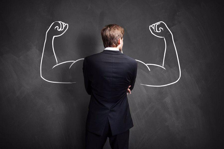 8 способов управлять людьми и добиваться своего: приёмы от профессионала. <br /><br />1. Правильный взгляд <br /><br />Есть особенный взгляд, который заставляет людей считаться с вами, признавать в вас сильного противника на уровне подсознания. <br /><br />Этот взгляд может пригодиться в любой спорной ситуации, когда вы хотите заявить, что с вами стоит считаться и решения здесь принимаете вы. <br /><br />Нужно смотреть в глаза, но не на поверхность глаза, а как бы сквозь неё, заглядывая в душу. Получается пронзительный взгляд, который заявляет о вашем решительном настрое. И люди чувствуют это. <br /><br />2. Энергетическая пауза <br /><br />Чтобы добиться желаемого, люди иногда применяют метод бестактного вопроса в окружении других людей. Наедине вы без колебаний отказались бы отвечать или ответили бы отрицательно, но на людях вы растеряны и можете согласиться или ответить, чтобы не показаться жадным, скрытным и так далее. <br /><br />Чтобы не попасться на эту удочку, можно применять метод энергетической паузы. Вы смотрите в глаза человеку так, как будто собираетесь ответить. Он готовится принять ваш ответ, но вы не отвечаете. <br /><br />Вы продолжаете смотреть на него, но ничего не говорите. Он растерянно отводит взгляд, и тогда вы начинаете говорить о чём-нибудь другом. После такого случая он больше не будет пытаться вынудить вас отвечать при людях. <br /><br />3. Пауза и поощрение <br /><br />Иногда люди пытаются требовать что-то, уповая исключительно на интенсивность своего требования. То есть человек в принципе понимает, что его требование безосновательно, и вы это понимаете. <br /><br />Тем не менее он активно и очень эмоционально требует что-то, рассчитывая, что вы уступите, опасаясь конфликта. Если вы поддержите его тон или начнёте возражать, конфликт состоится. <br /><br />Вместо этого держите паузу и дружелюбно поощряйте человека продолжать разговор. Чувствуя поддержку, человек перестанет горячиться, начнёт говорить спокойнее. <br /><br />Но и после этого