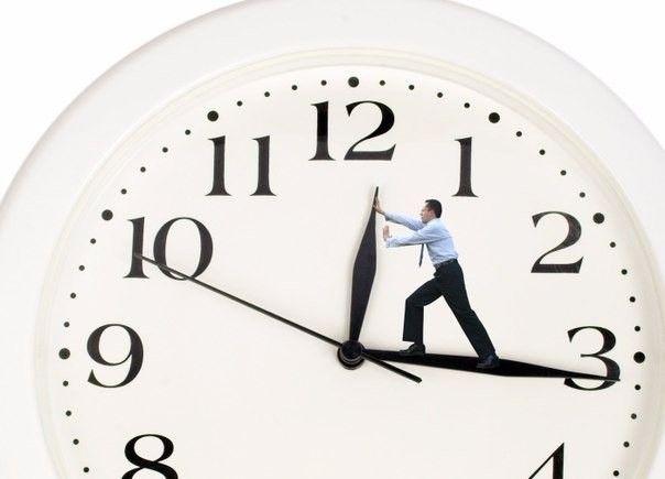 Не тратьте время напрасно: 7 советов по повышению продуктивности <br /><br />Люди часто считают себя продуктивными, а фактически ни на йоту не продвигаются в том, что является наиболее важным. Даже наоборот, многие из нас предпочитают решать наиболее легкие задачи и «получить признание» за них, ощущая свою эффективность. Некоторые называют это отложенной продуктивностью: откладывание действительно важных задач в пользу не таких стрессовых, раздражающих или требующих усилий. <br /><br />И все же, все высокопродуктивные люди имеют общий набор привычек. И если вы хотите работать меньше, а зарабатывать больше, с ними стоит ознакомиться. <br /><br />1) Расставляйте приоритеты <br />Будьте безжалостны к себе, когда расставляете приоритеты. Накануне вечером составьте список задач и задайте себе следующий вопрос: «Какая из этих задач является наиболее важной для завтрашнего дня?». Это будет №1 в вашем списке задач. Если вы выполните этот пункт – день удался. Делайте это каждый вечер, когда планируете следующий день, и вы будете поражены результатами. <br /><br />2) Будьте избирательными <br />Ограничьте свой список задач максимум тремя пунктами. Это те задачи, которые больше всего должны развивать ваш бизнес. Это ваш список задач. Это все. Не добавляйте больше ничего. Многие люди составляют длинные списки задач, которые они просто не в состоянии выполнить в течение одного дня, что истощает их эмоционально и физически. Высокопродуктивные люди знают на чем нужно сосредоточиться. <br /><br />3) Сформируйте свою «свалку информации» <br />Когда вы будете обдумывать всякие не очень срочные задачи, найдите 10-15 минут записать все, что вам нужно будет сделать когда-то. Это не ваш список задач. Это ваша «информационная свалка» с целью освободить мозг. Каждую неделю просматривайте это список, может там есть что-то достойное внесения в список задач, если нет – пусть лежит дальше. <br /><br />4) Ограничьте время на электронную почту <br />Проверяйте почту не более трех раз в день. По 